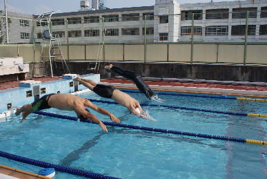 水泳部で飛び込みをしている写真です